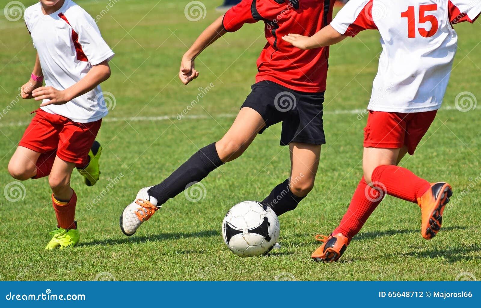 Jeunes footballeurs dans l action