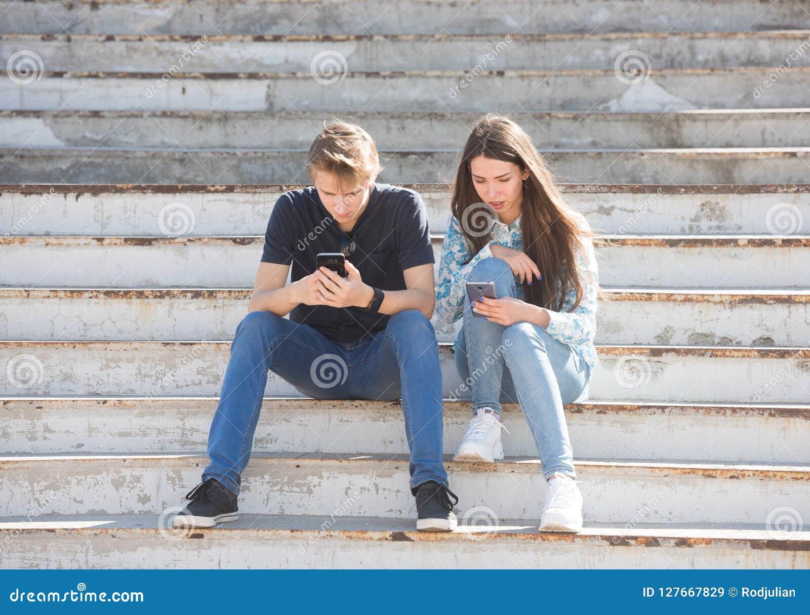 Jeunes garçon et fille profondément dans la réalité virtuelle