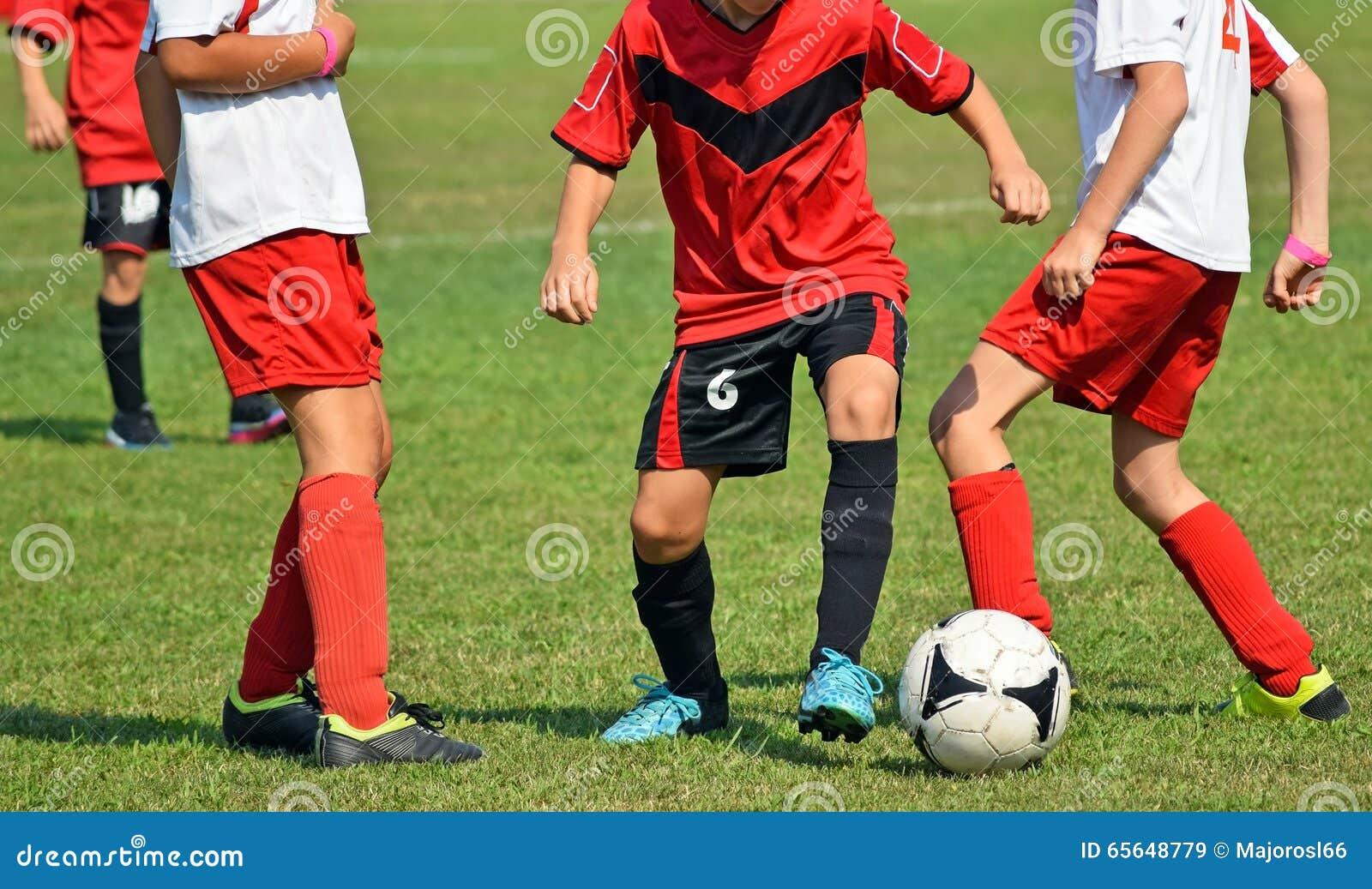 Jeunes garçons dans l action au match de football