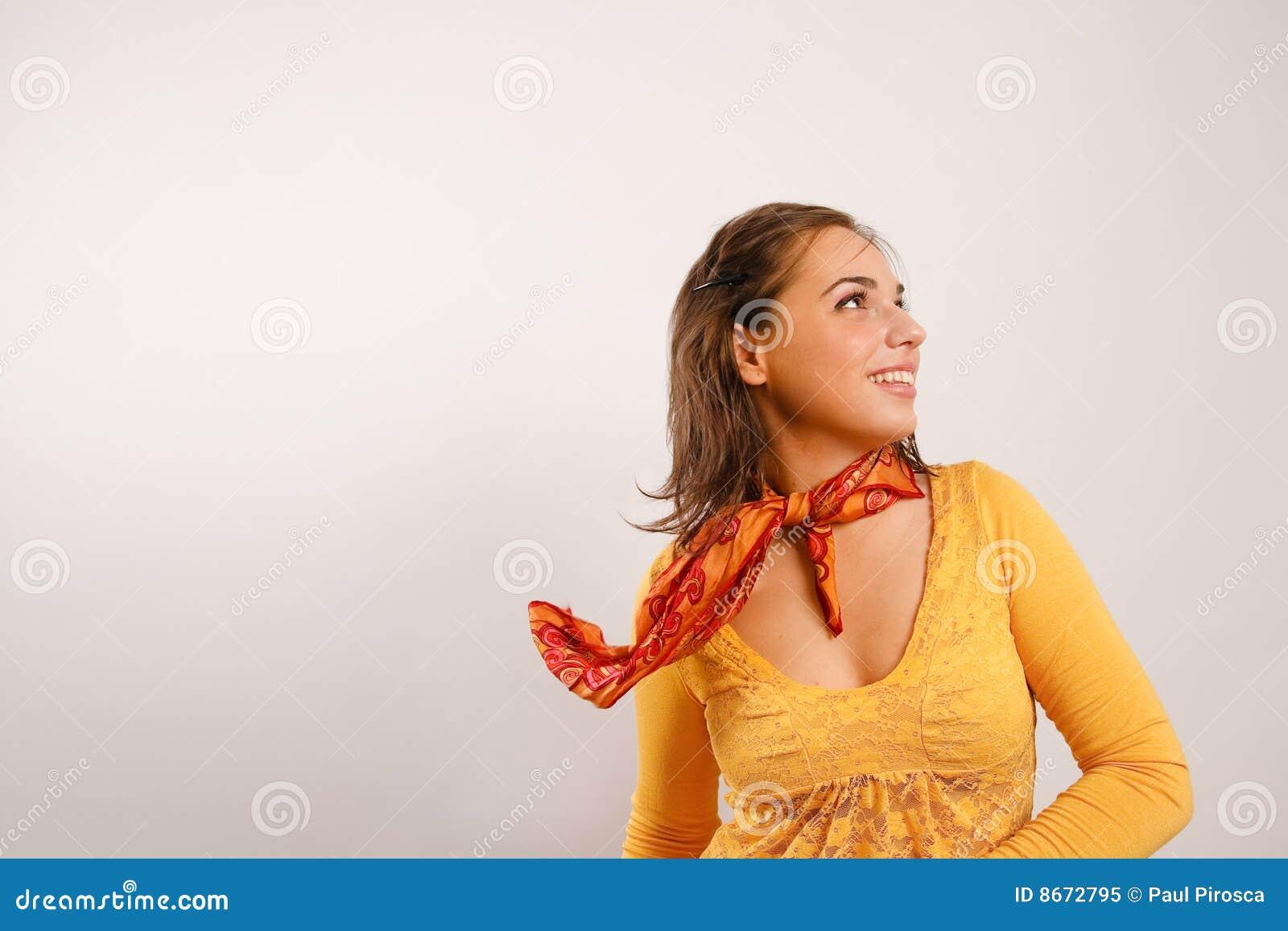 Jeunes hauts élégants semblants attrayants de femme