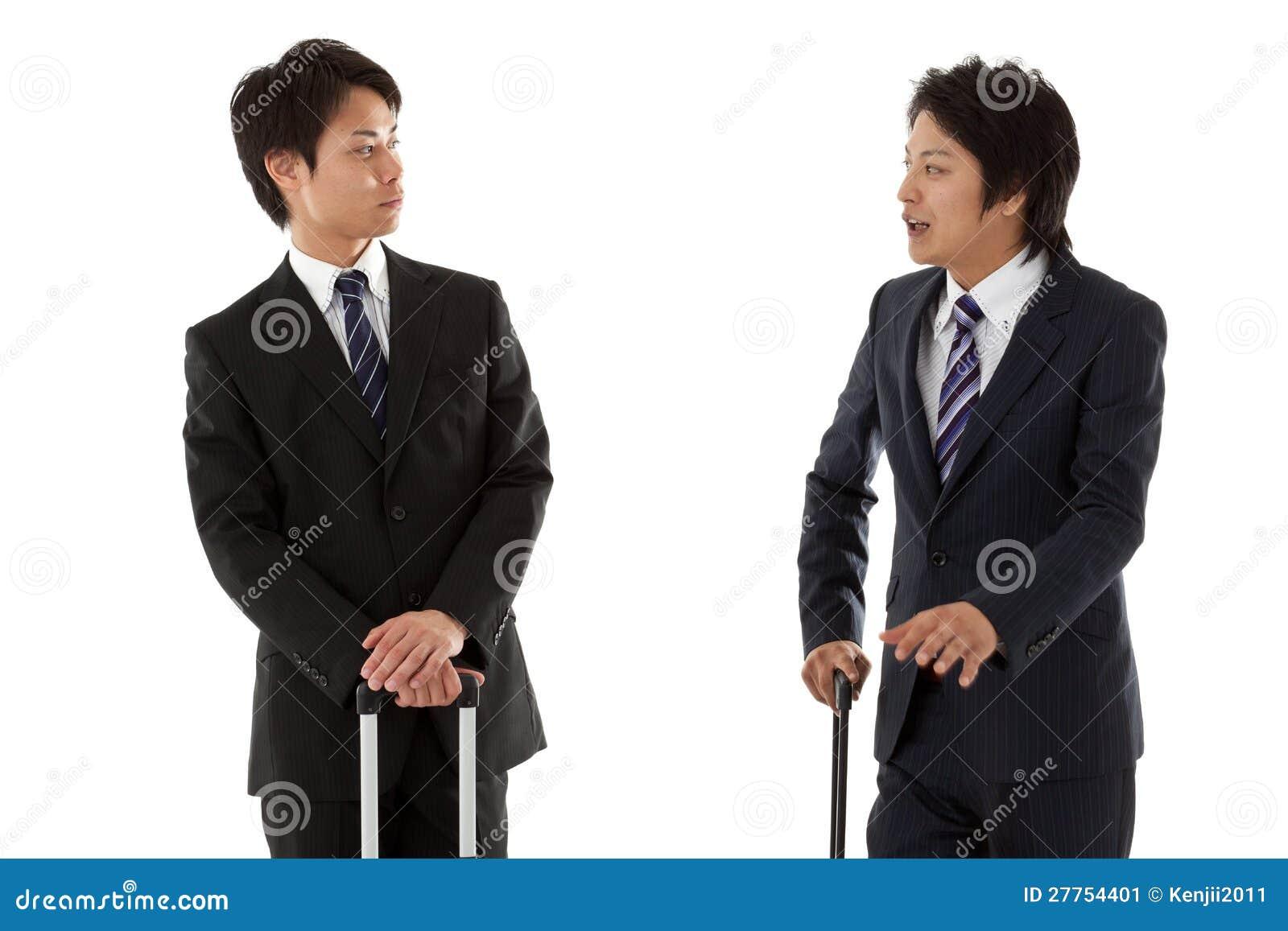 Jeunes hommes d affaires en voyage d affaires