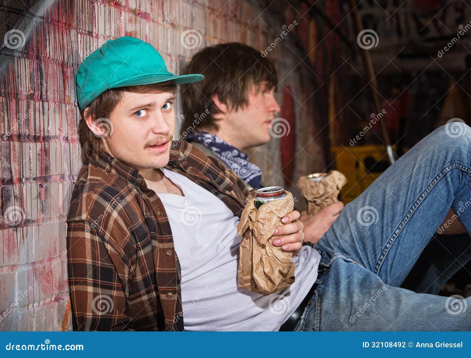 Jeunes hommes ivres
