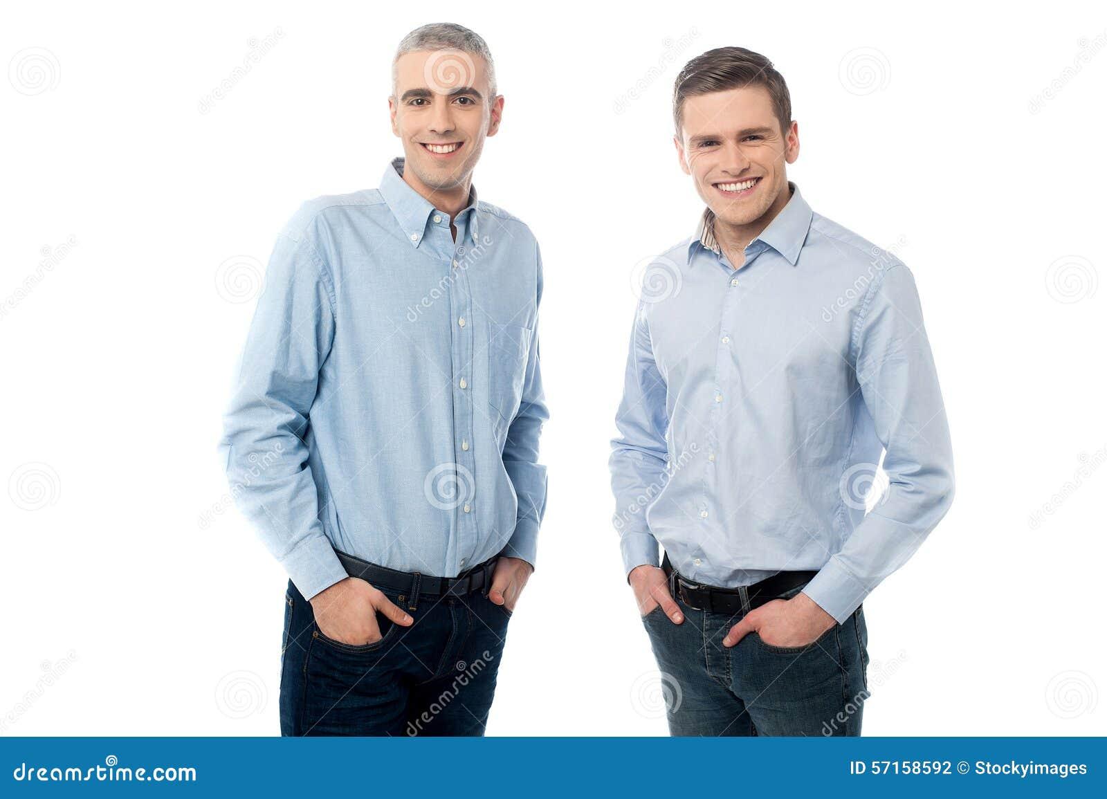 Jeunes hommes occasionnels posant dans le style