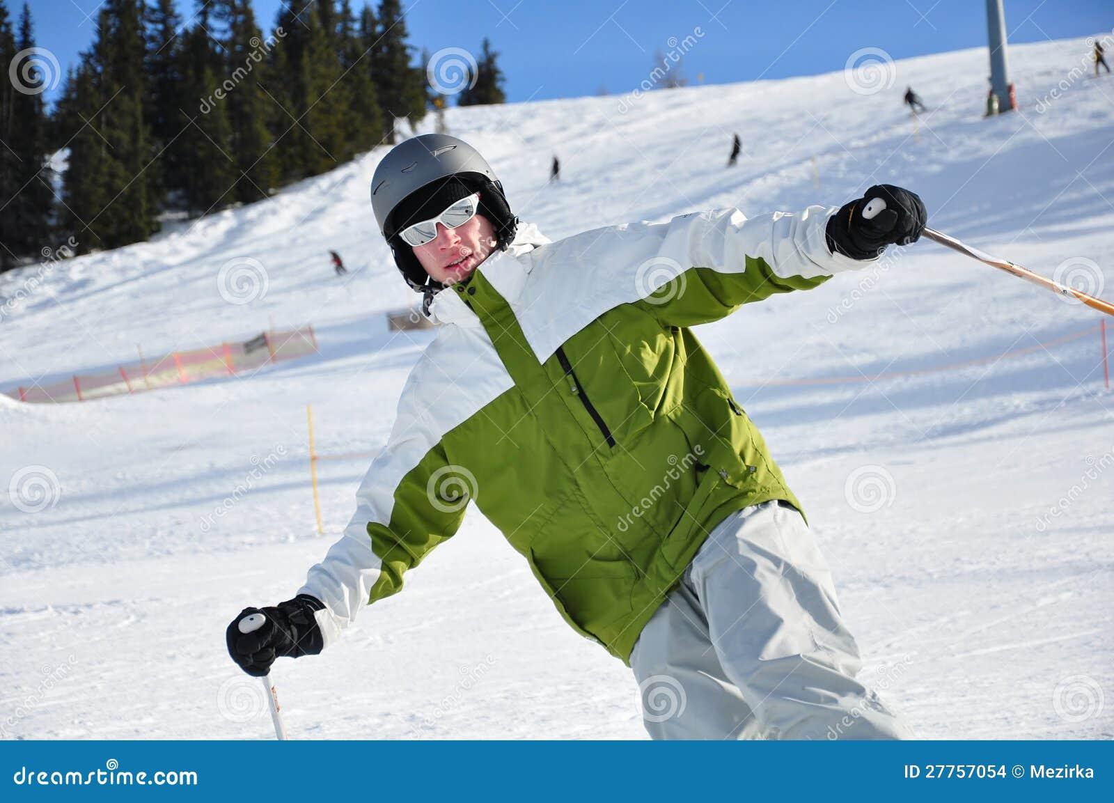 Jeunes hommes skiant sur des montagnes