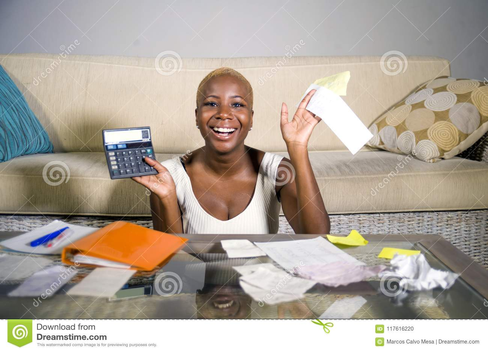 Jeunes impôt sur les sociétés et paiements domestiques satisfaisants de sourire de comptabilité de femme afro-américaine noire ré