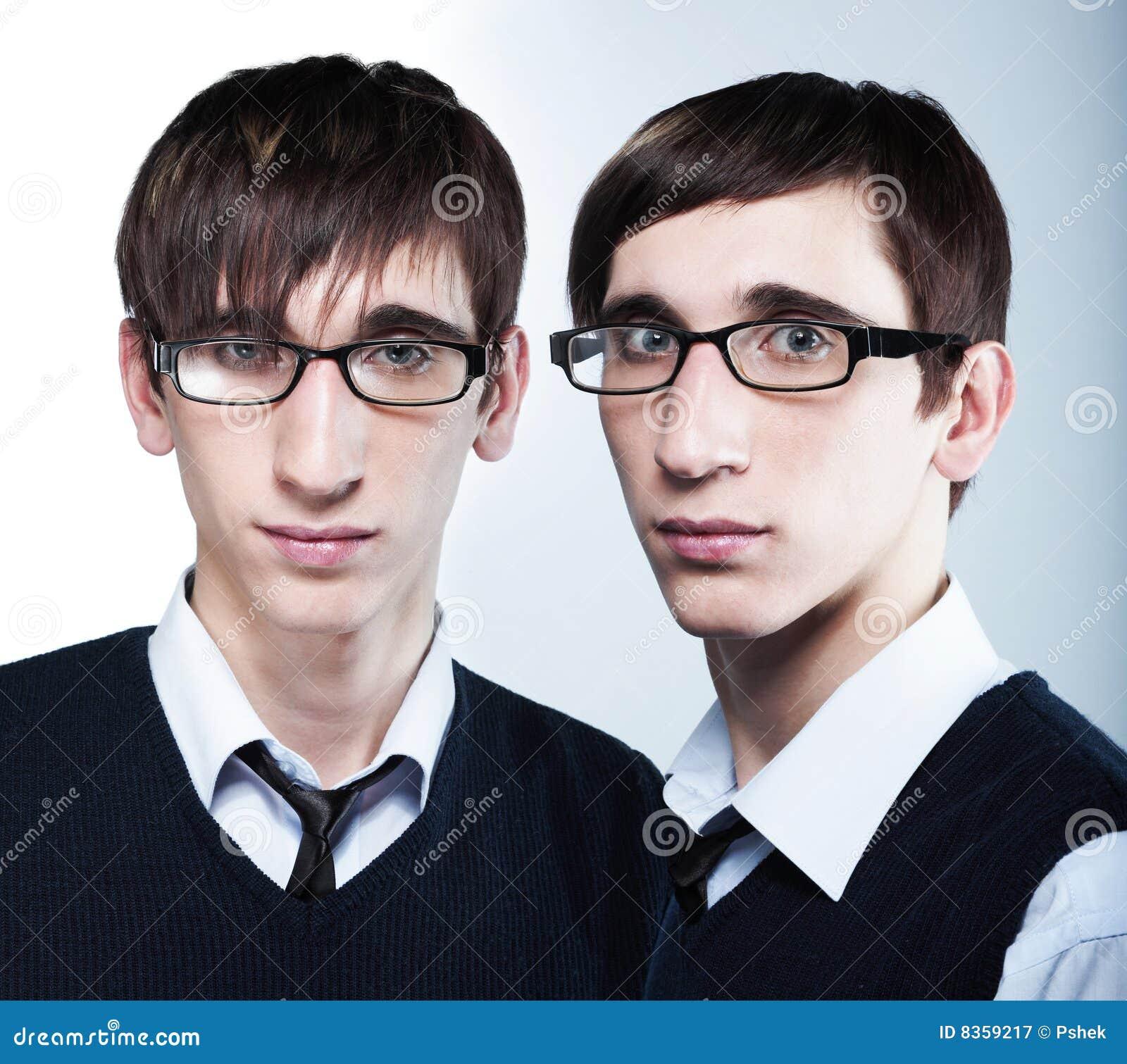 Adolescent portant des lunettes