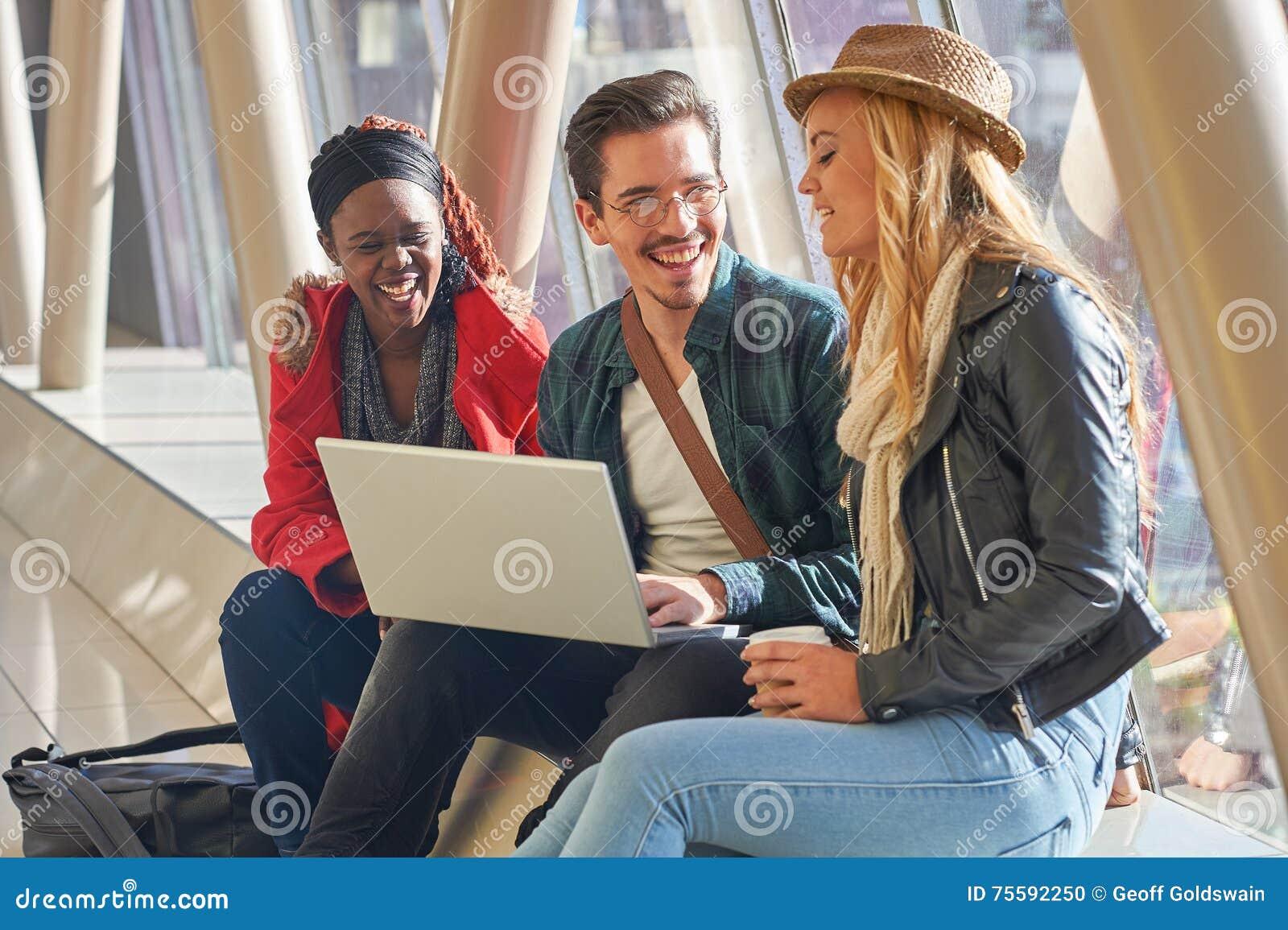 3 jeunes m tis de groupe d 39 tudiants d 39 entrepreneurs ou d 39 adultes autour photo stock image du. Black Bedroom Furniture Sets. Home Design Ideas
