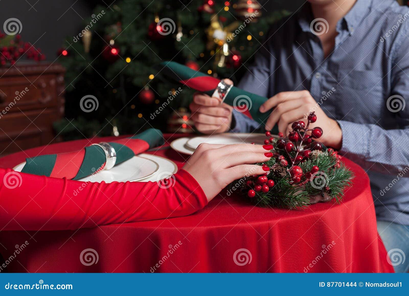 Jeunes mains de couples sur le plan rapproché de table