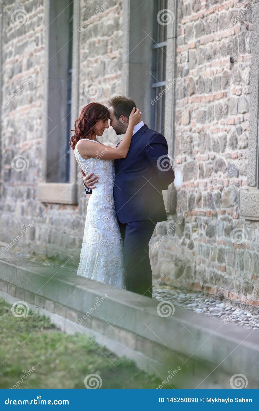 Jeunes mari?s ?l?gants ? un parc leur jour du mariage Belle histoire d amour en nature, couple dans l amour