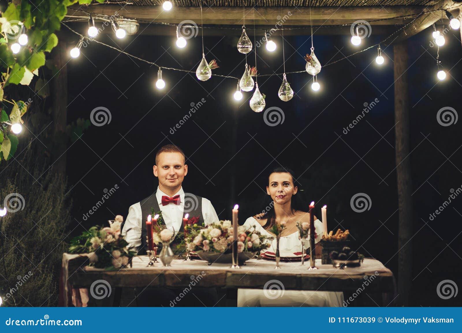Jeunes mariés étreignant le chien de Labrador à la célébration de mariage
