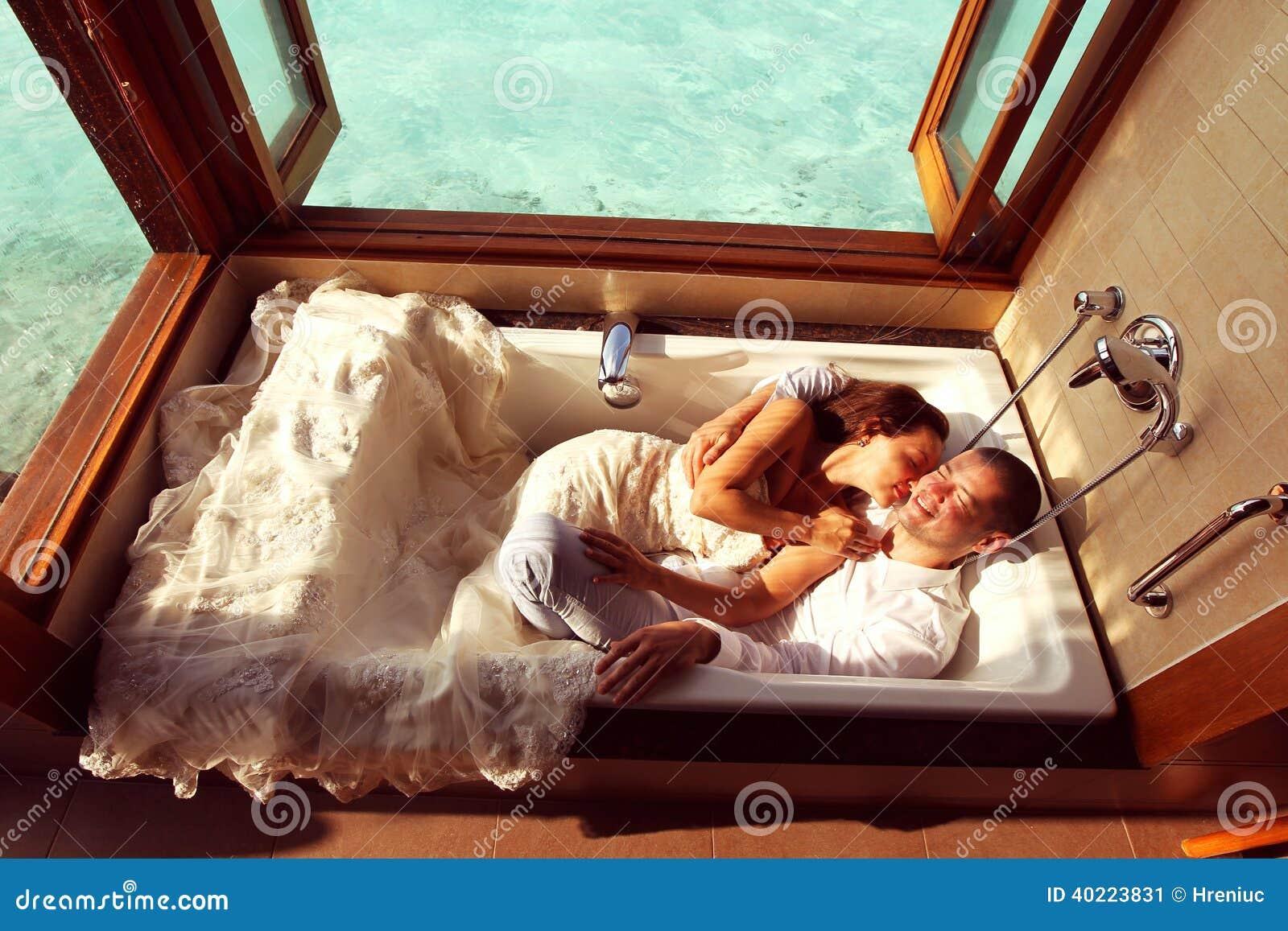 jeunes mari s dans la baignoire en maldives photo stock. Black Bedroom Furniture Sets. Home Design Ideas
