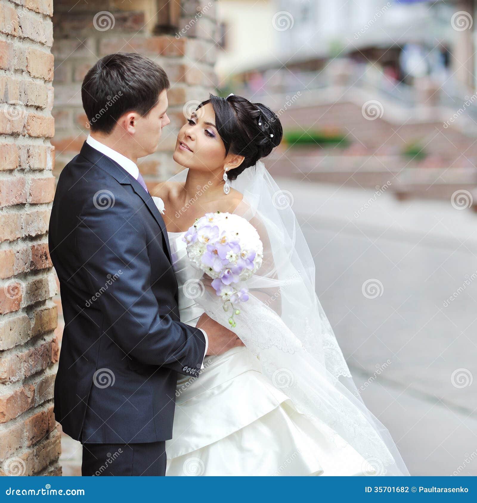 Jeunes mari s dans une vieille ville couple de mariage photographie stock image 35701682 - Photo de mariage couple ...