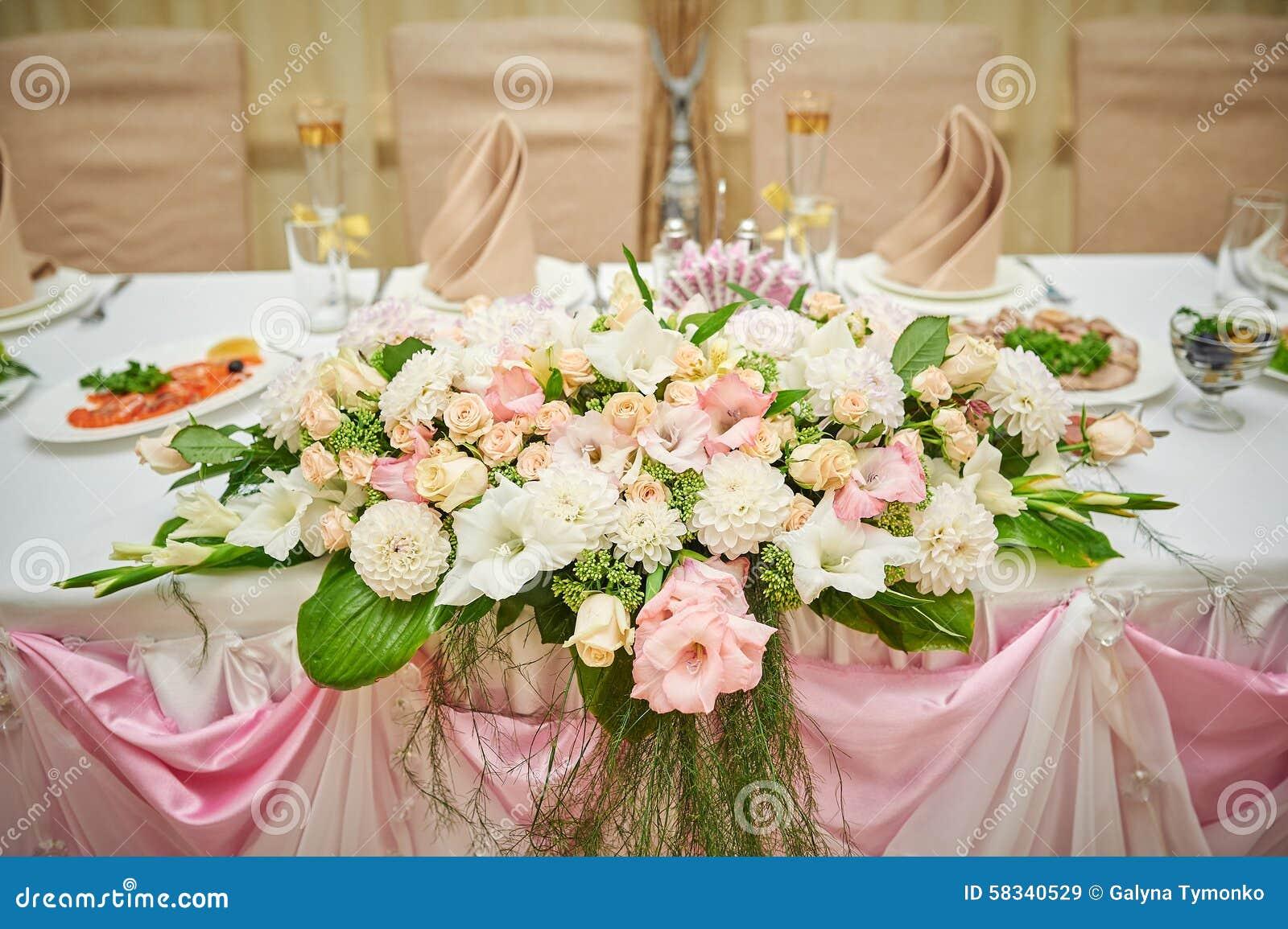 jeunes mari s de table de mariage d cor s des fleurs image. Black Bedroom Furniture Sets. Home Design Ideas