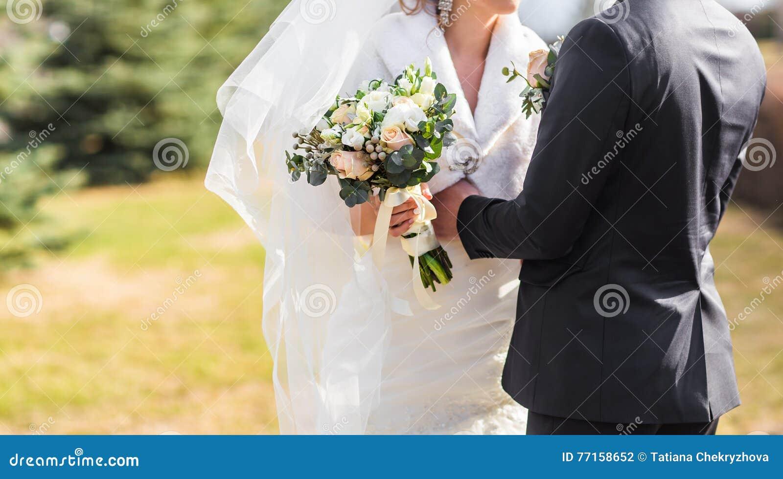 Jeunes mariés embrassant sur leur plan rapproché de jour du mariage