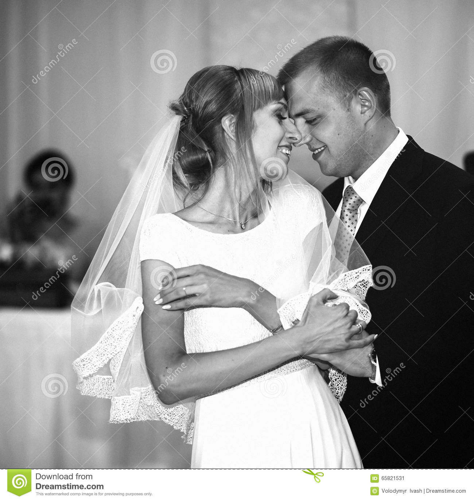 Jeunes mariés heureux élégants magnifiques exécutant leur emotiona