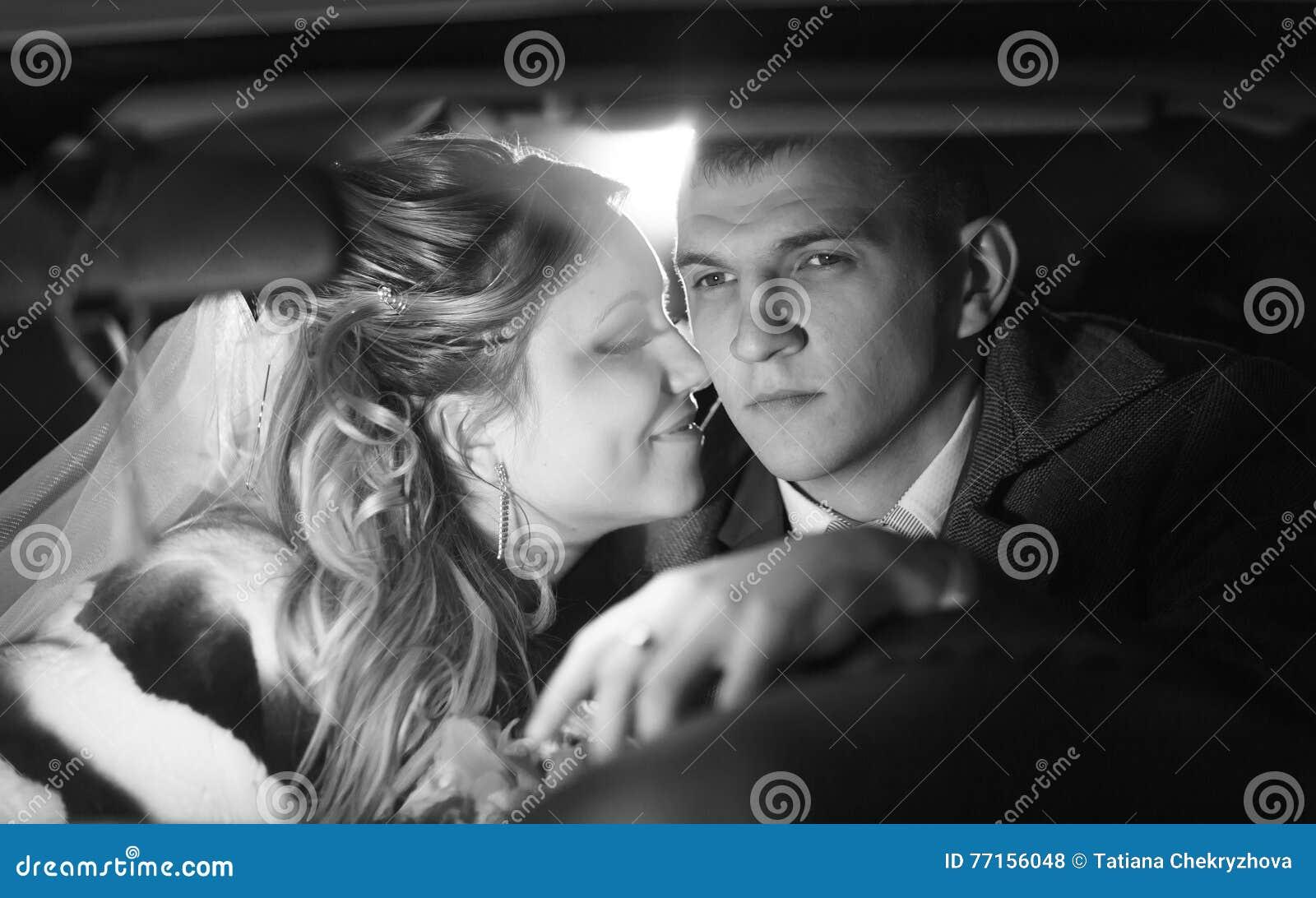 Jeunes mariés monochromes de portrait de plan rapproché