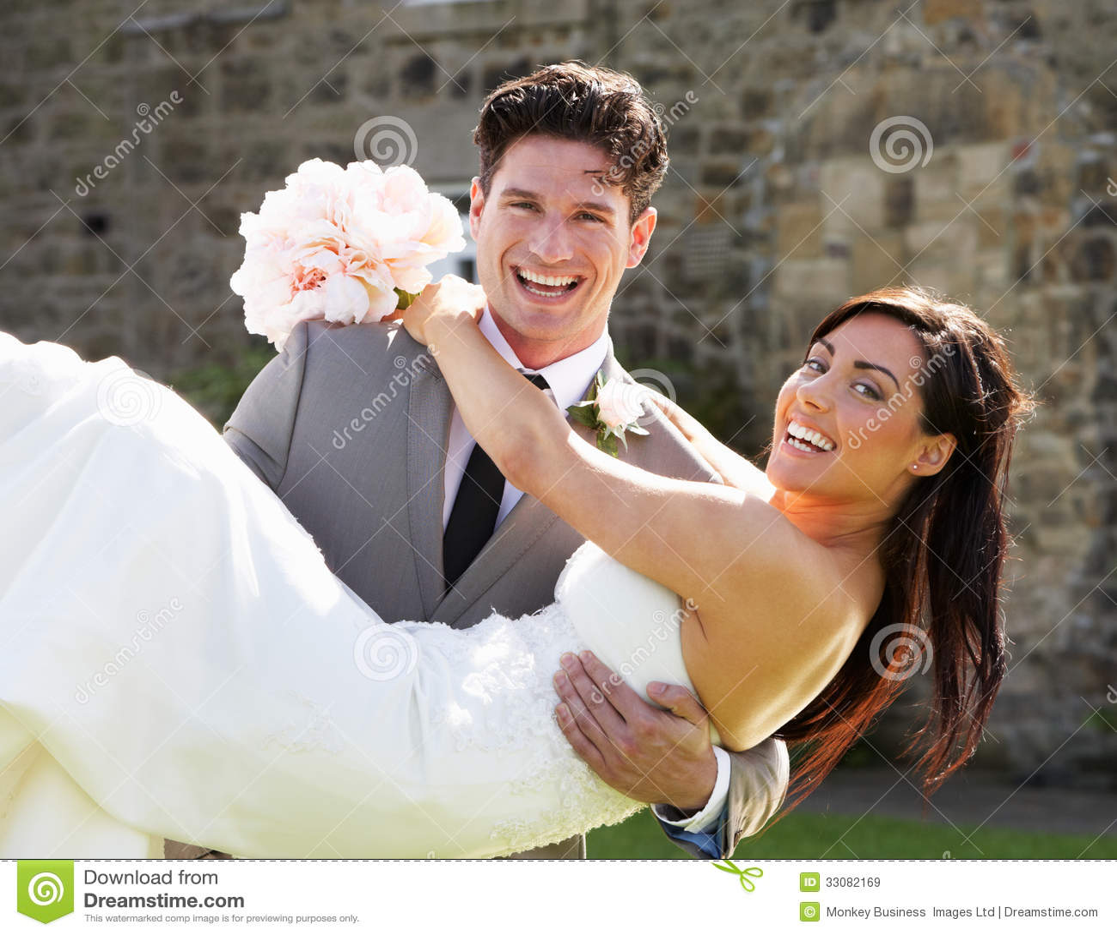 Jeunes mariés romantiques Embracing Outdoors