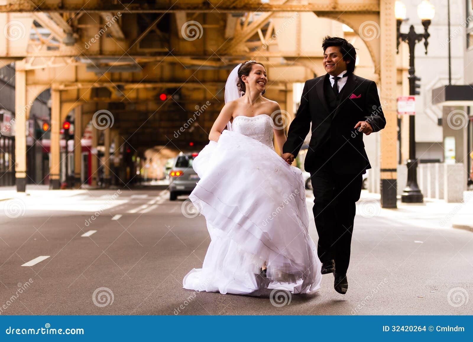 Jeunes mariés Running Under Bridge
