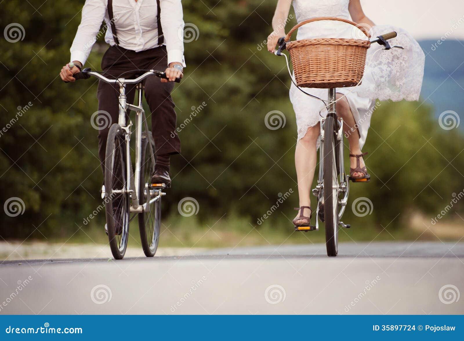 Jeunes mariés sur les vélos