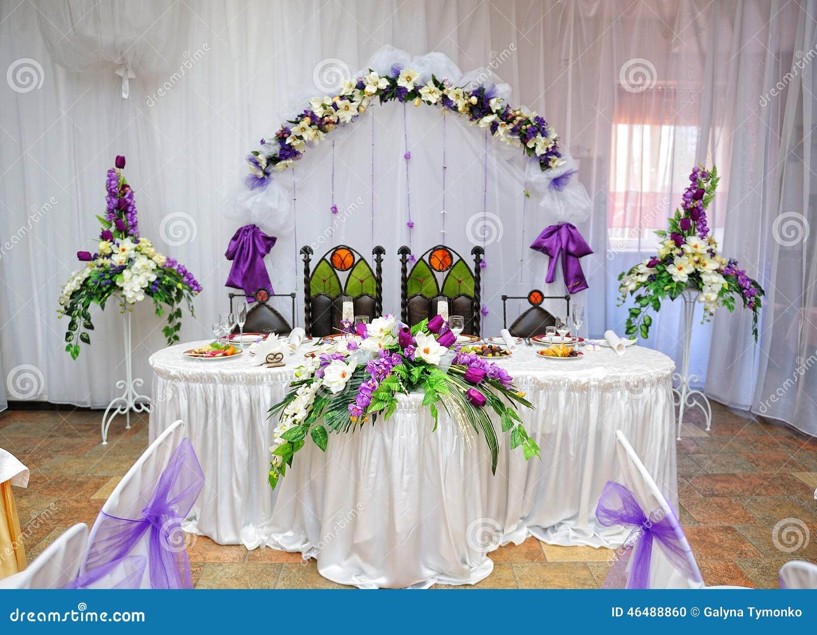 Jeunes mari s de d coration de table de mariage photo stock image 46488860 - Table des maries ...