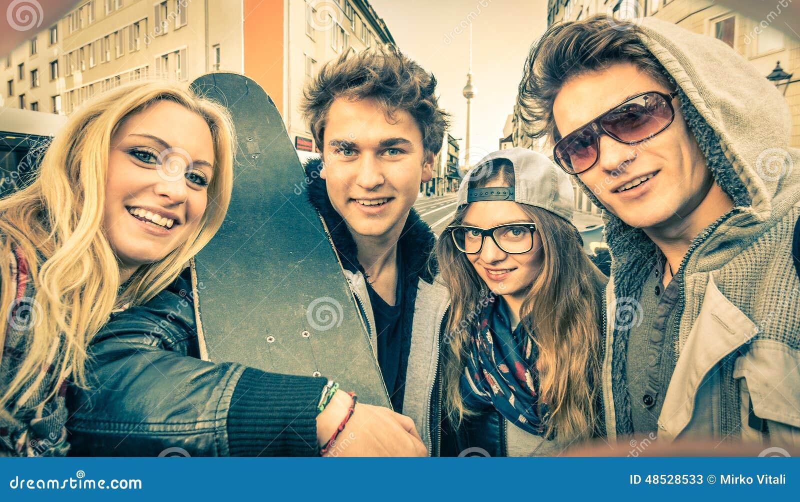 Jeunes meilleurs amis de hippie prenant un selfie dans le contexte urbain de ville