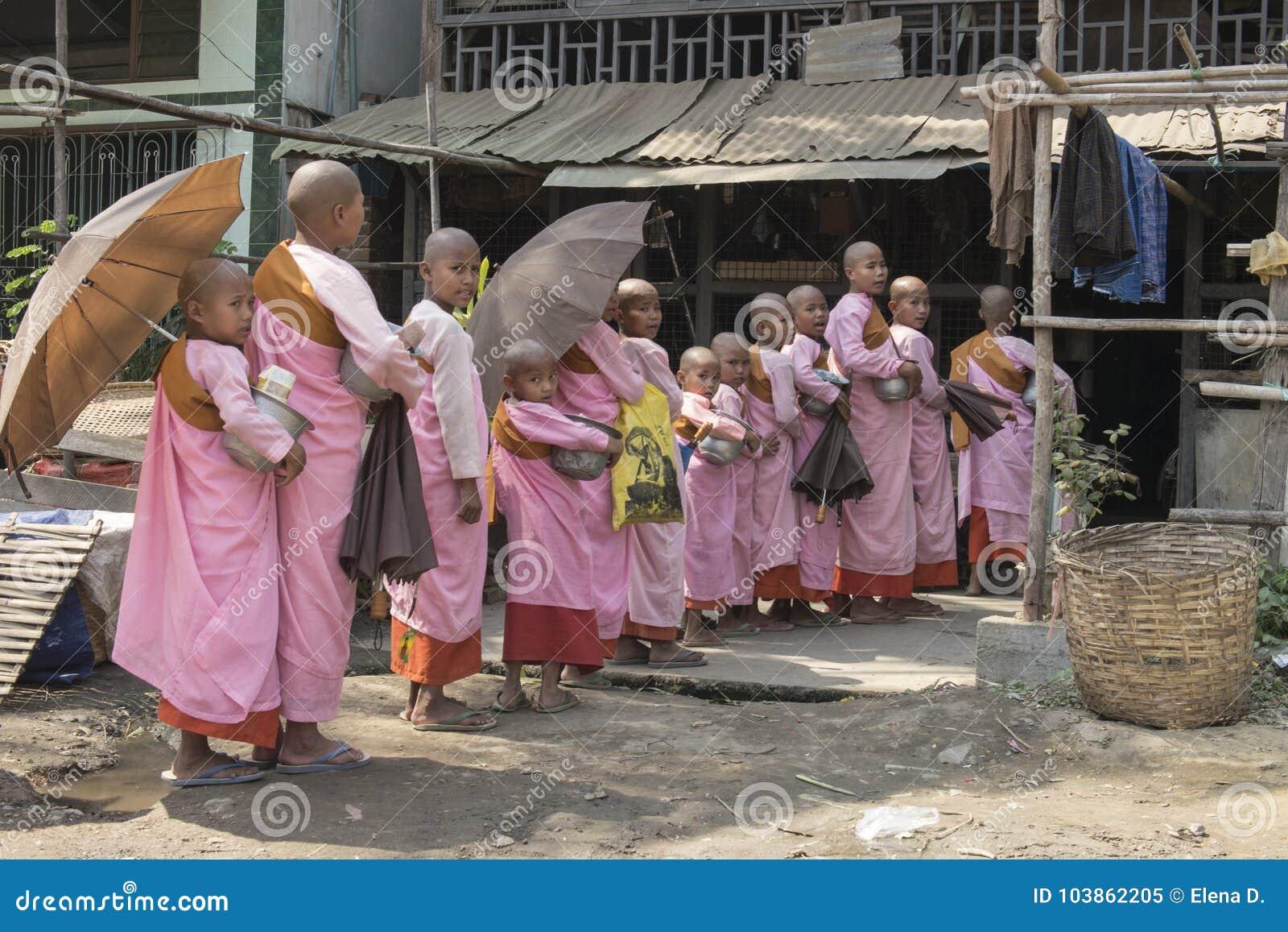 Jeunes nonnes bouddhistes faisant la queue pour l aumône