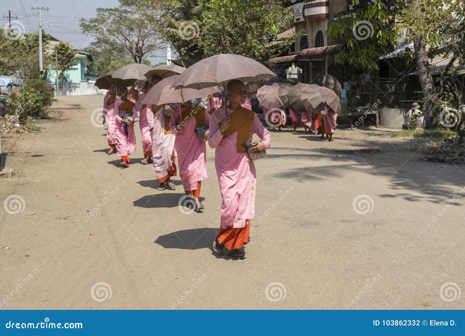 Jeunes nonnes bouddhistes rassemblant l aumône de matin