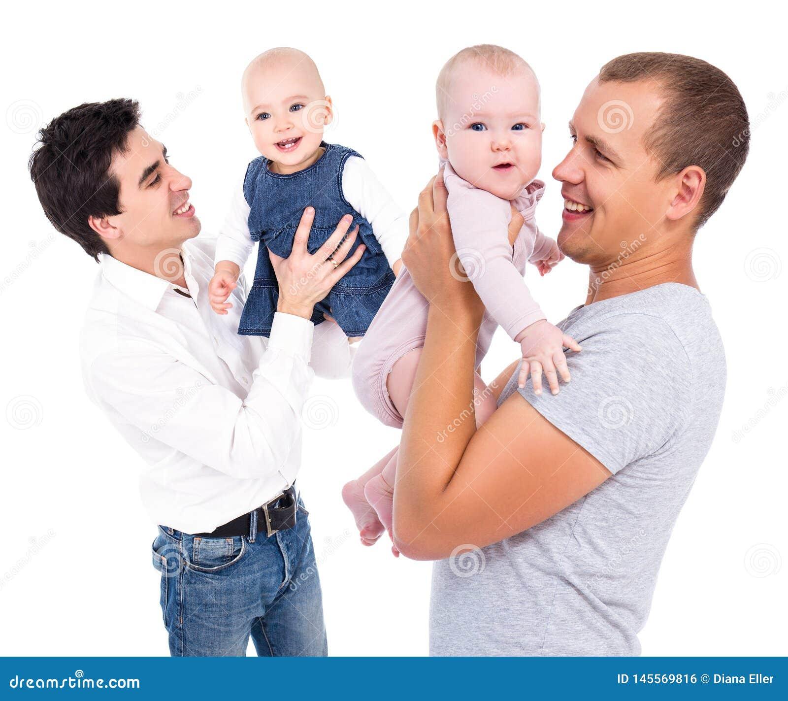Jeunes pères heureux jouant avec des filles d isolement sur le blanc