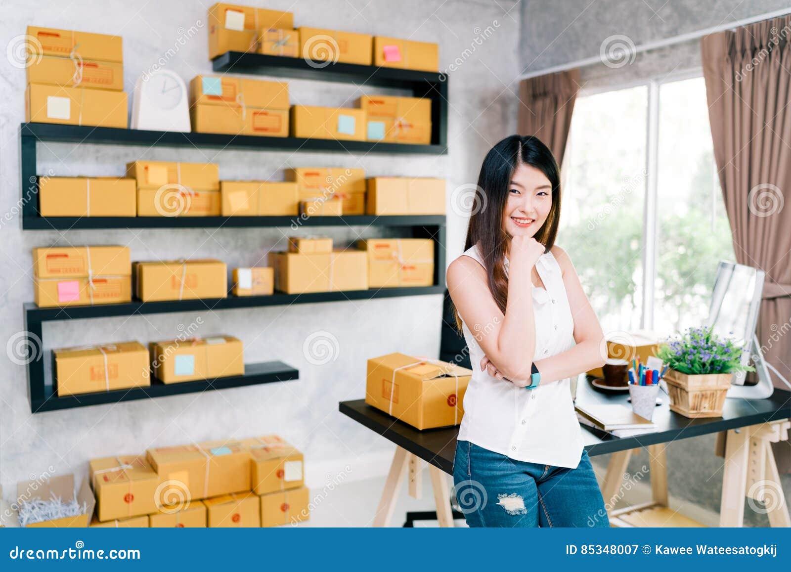 Jeunes petits bureau d entrepreneur à la maison, emballage de marketing en ligne et scène asiatiques de la livraison