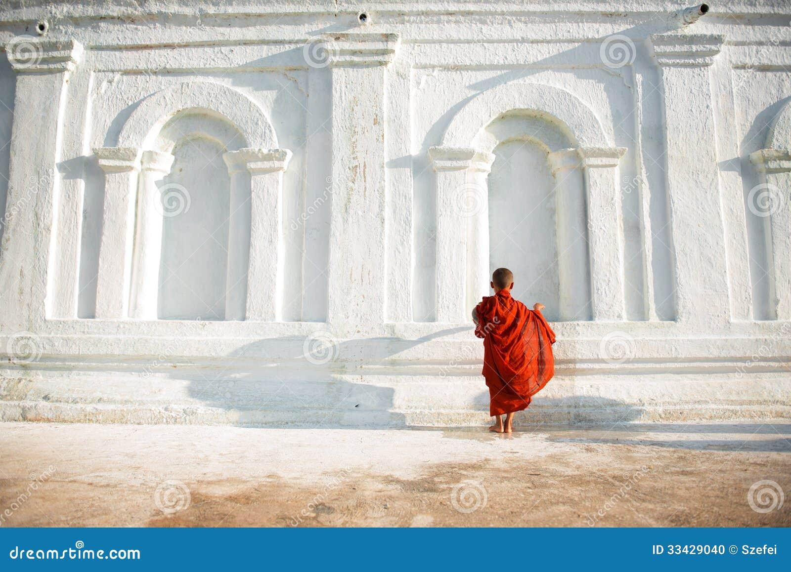 Jeunes petits moines bouddhistes asiatiques