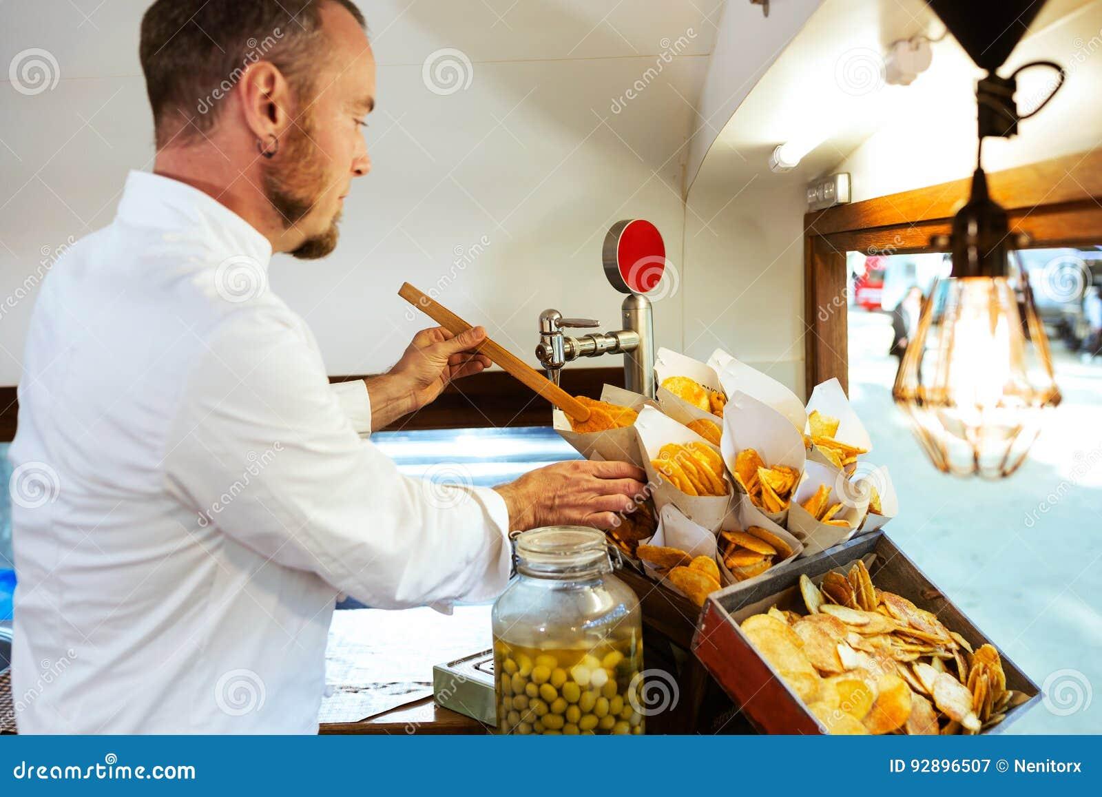 Jeunes pommes de terre de barbecue de portion de chef dans un camion de nourriture