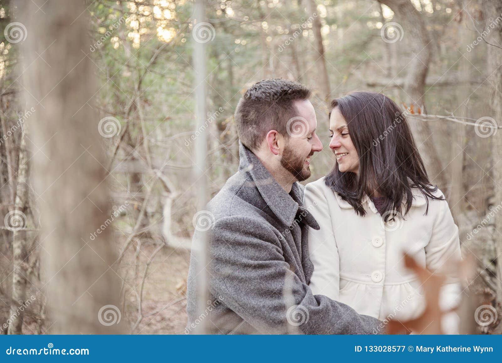 Jeunes seuls couples romantiques dans la forêt un jour froid d hiver