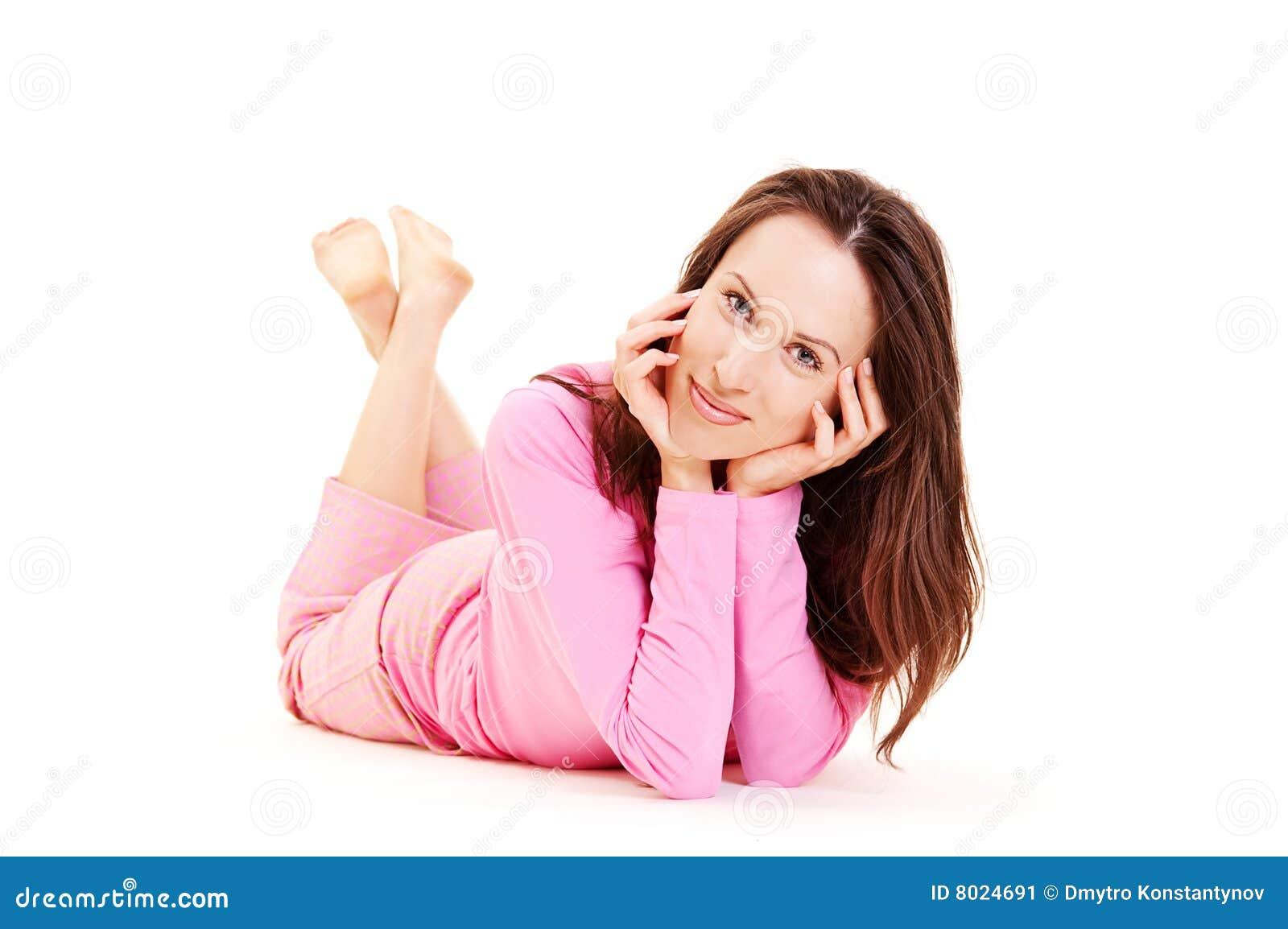 Jeunes souriants menteur de pyjamas roses de fille