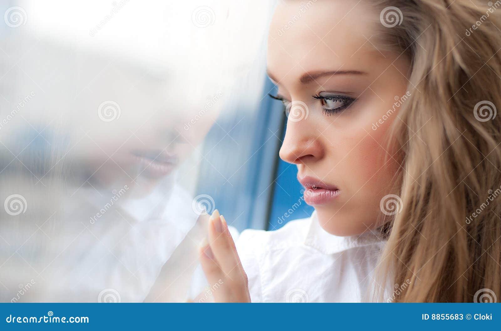 Jeunes tristes de femme