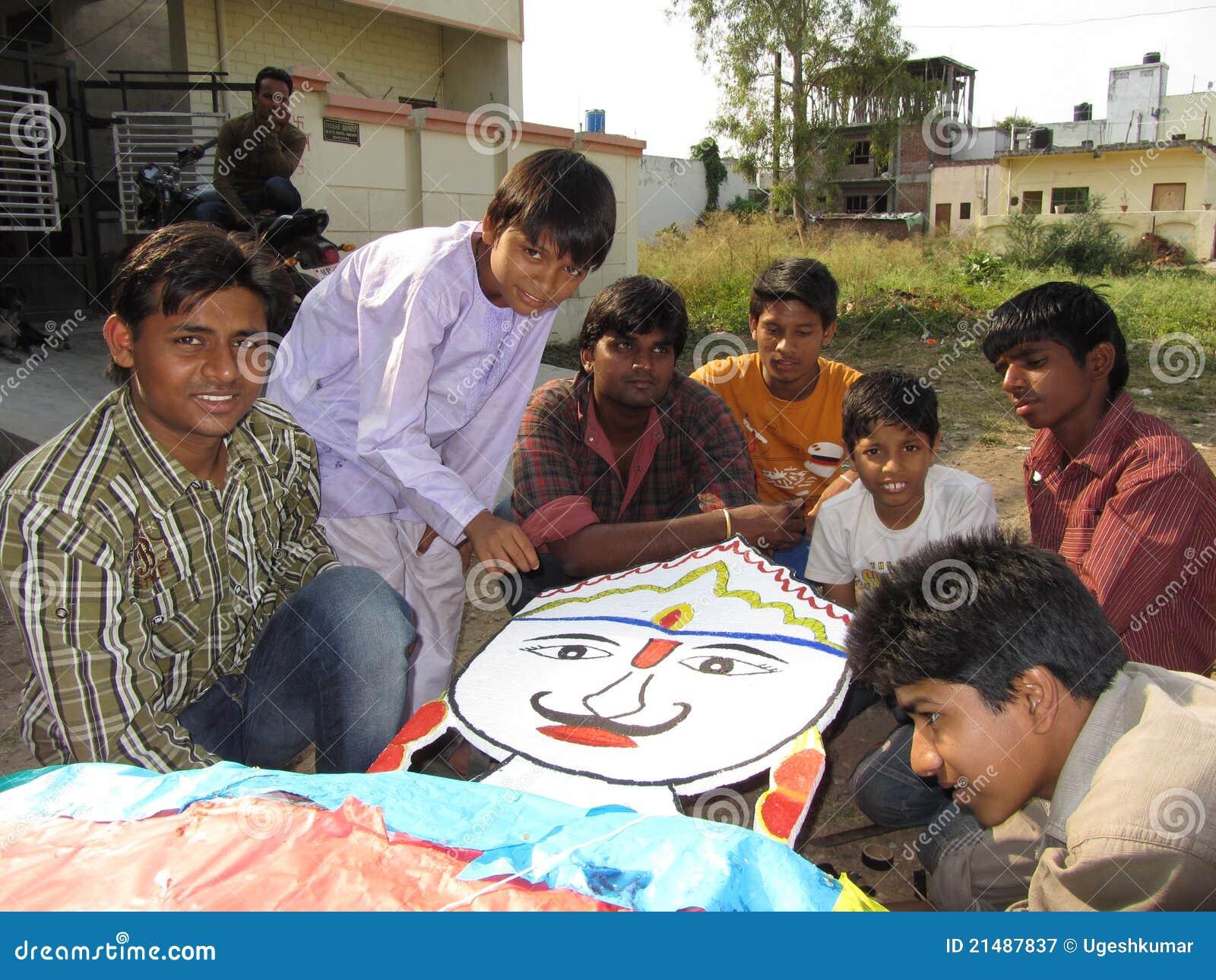 Jeunesse indienne effectuant le ravna