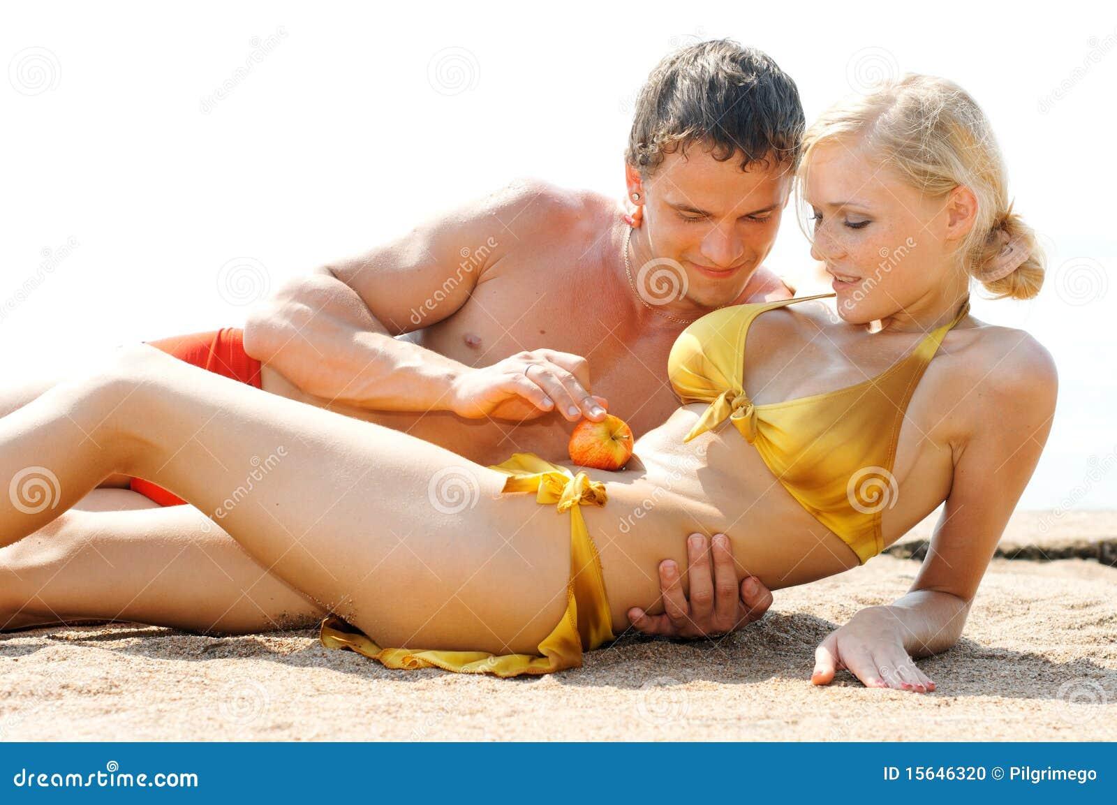 Jeux de couple sur la plage 10