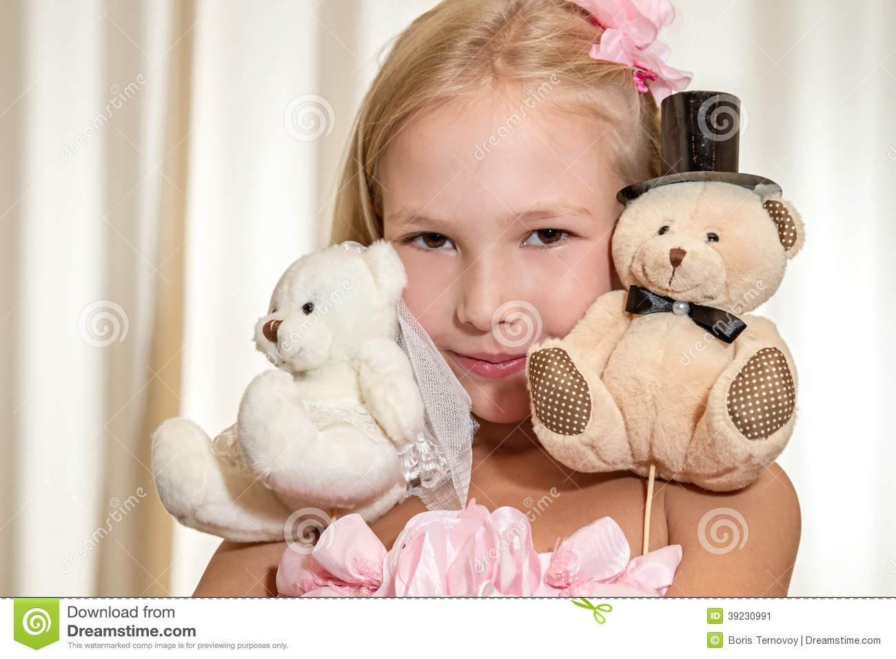 jeux de petite fille avec le nounours ours de mariage photo stock image 39230991. Black Bedroom Furniture Sets. Home Design Ideas