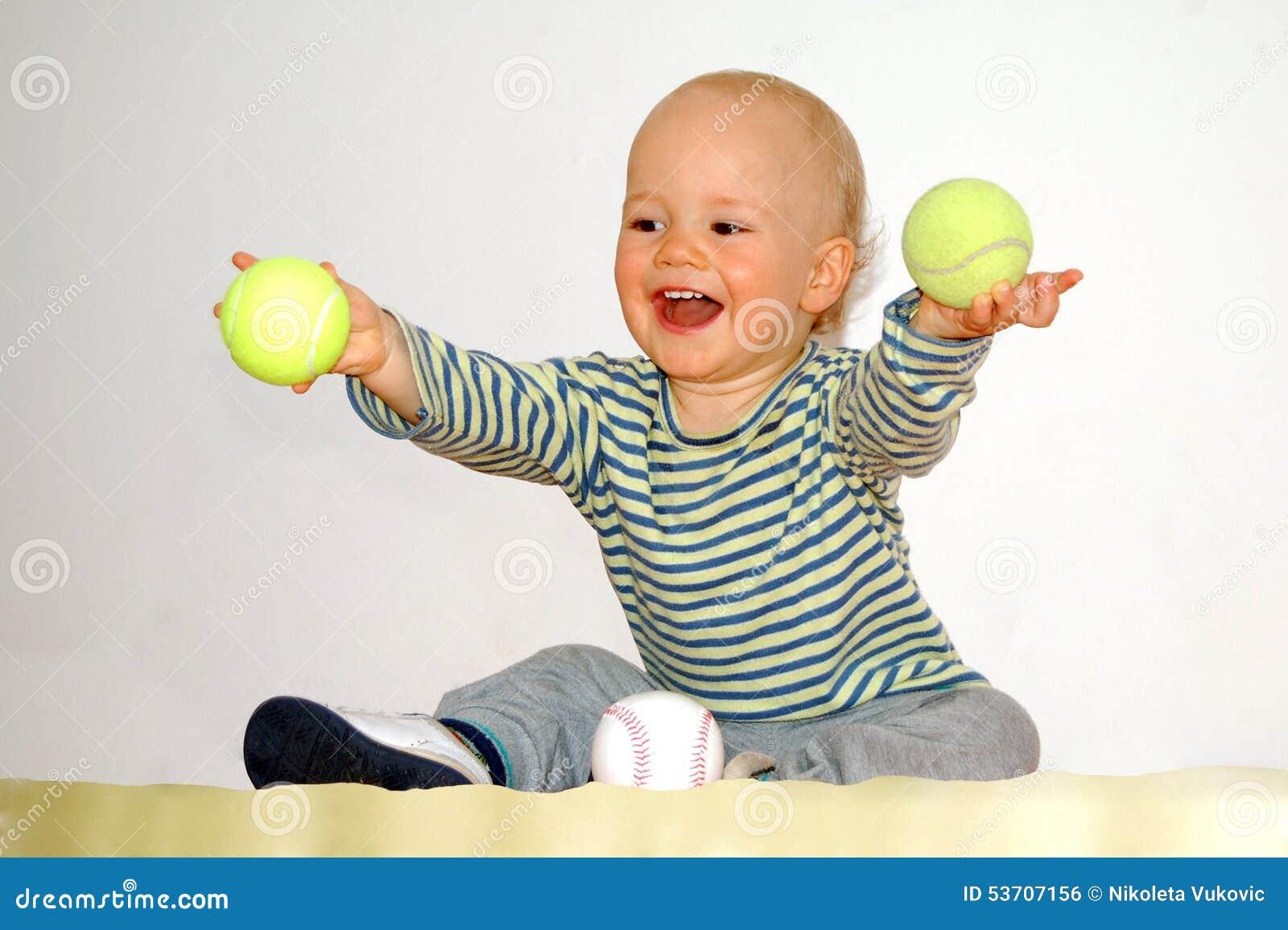 jeux heureux de b b avec des balles de tennis photo stock image 53707156. Black Bedroom Furniture Sets. Home Design Ideas