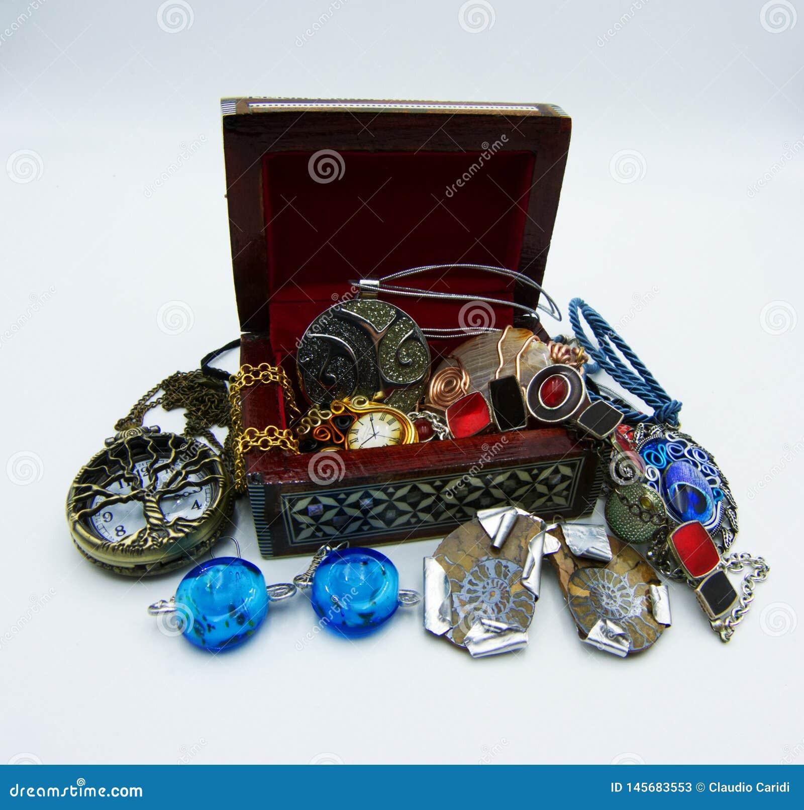 Jewellery pudełko Bijoux na białym tle