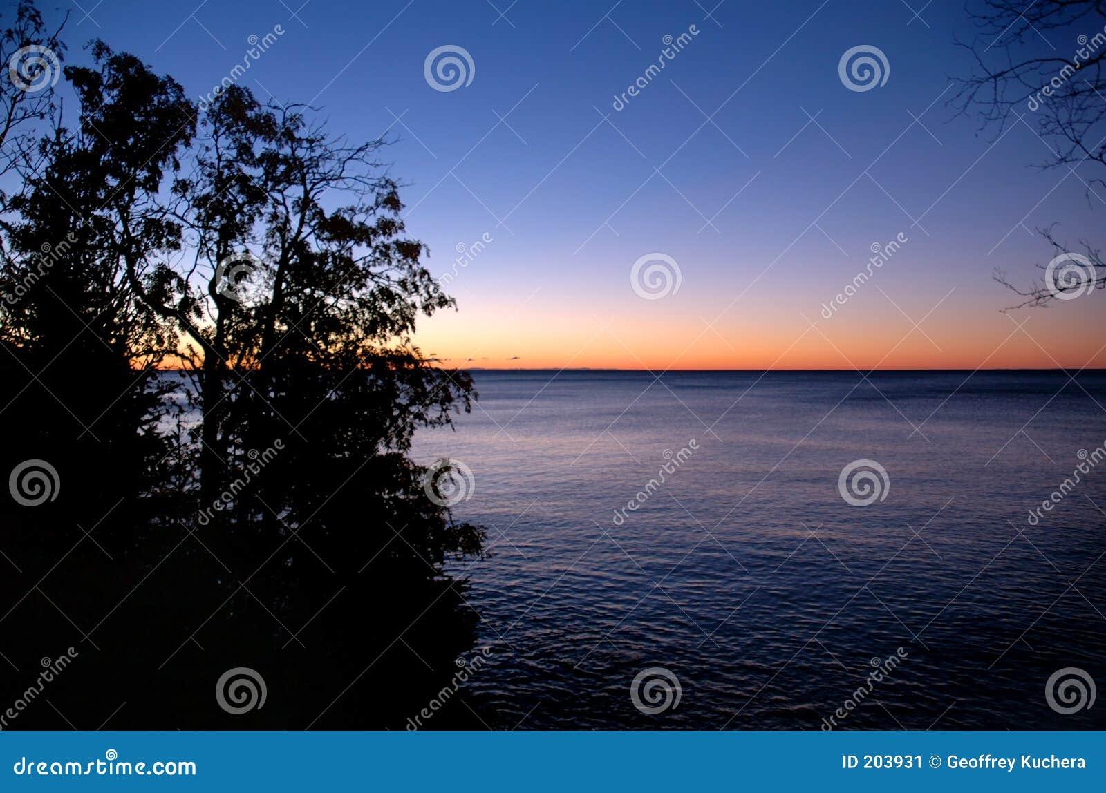 Jeziora w sunrise przełożonych