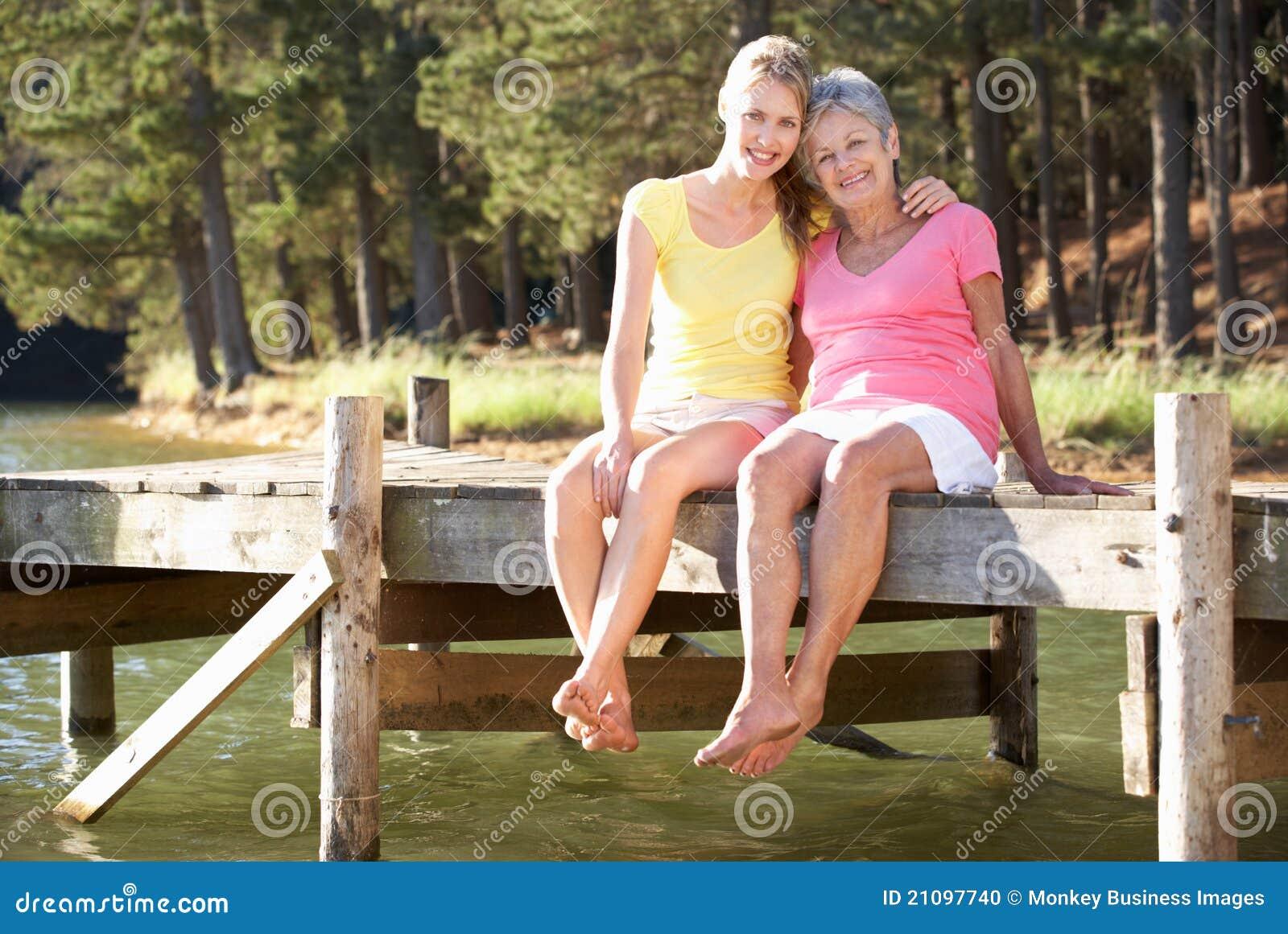 Jeziorem córki macierzysty i dorosły obsiadanie