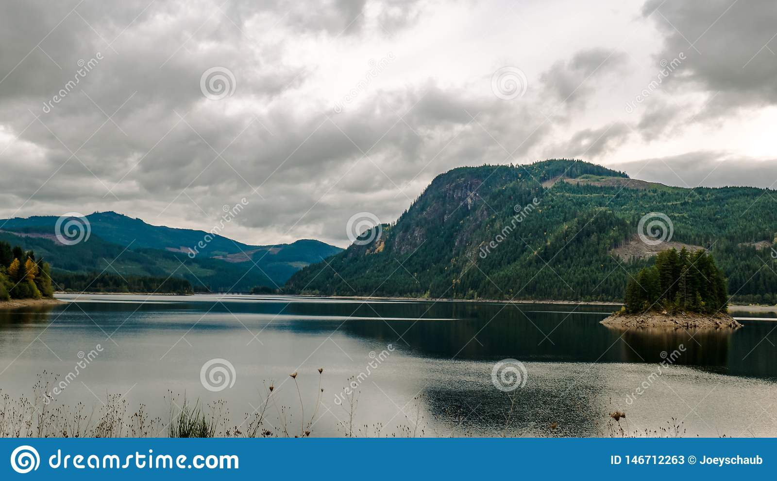Jeziorna scena z górami i wyspą