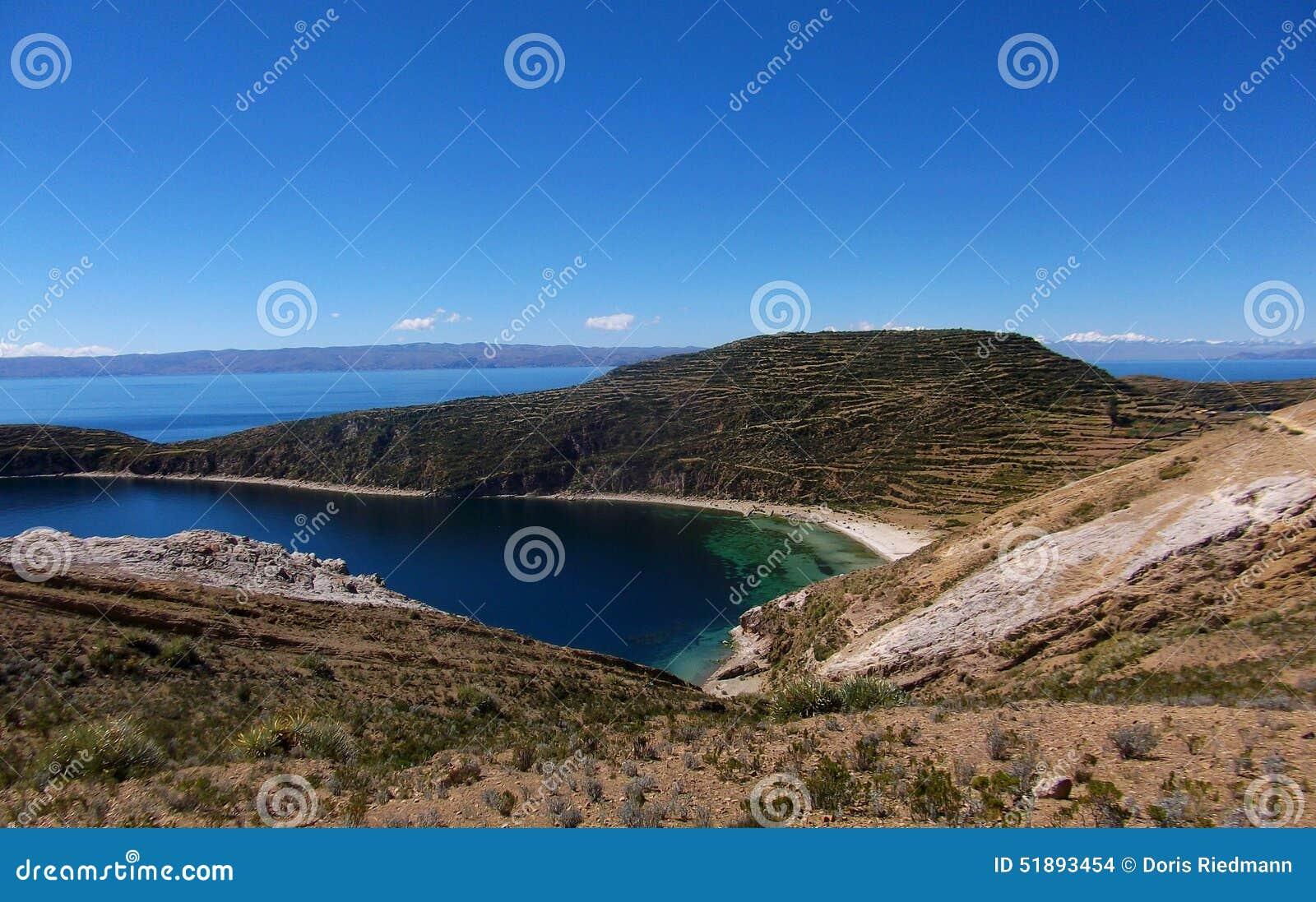 Jeziorna Titicaca zatoka w Isla De Zol w Bolivia górach