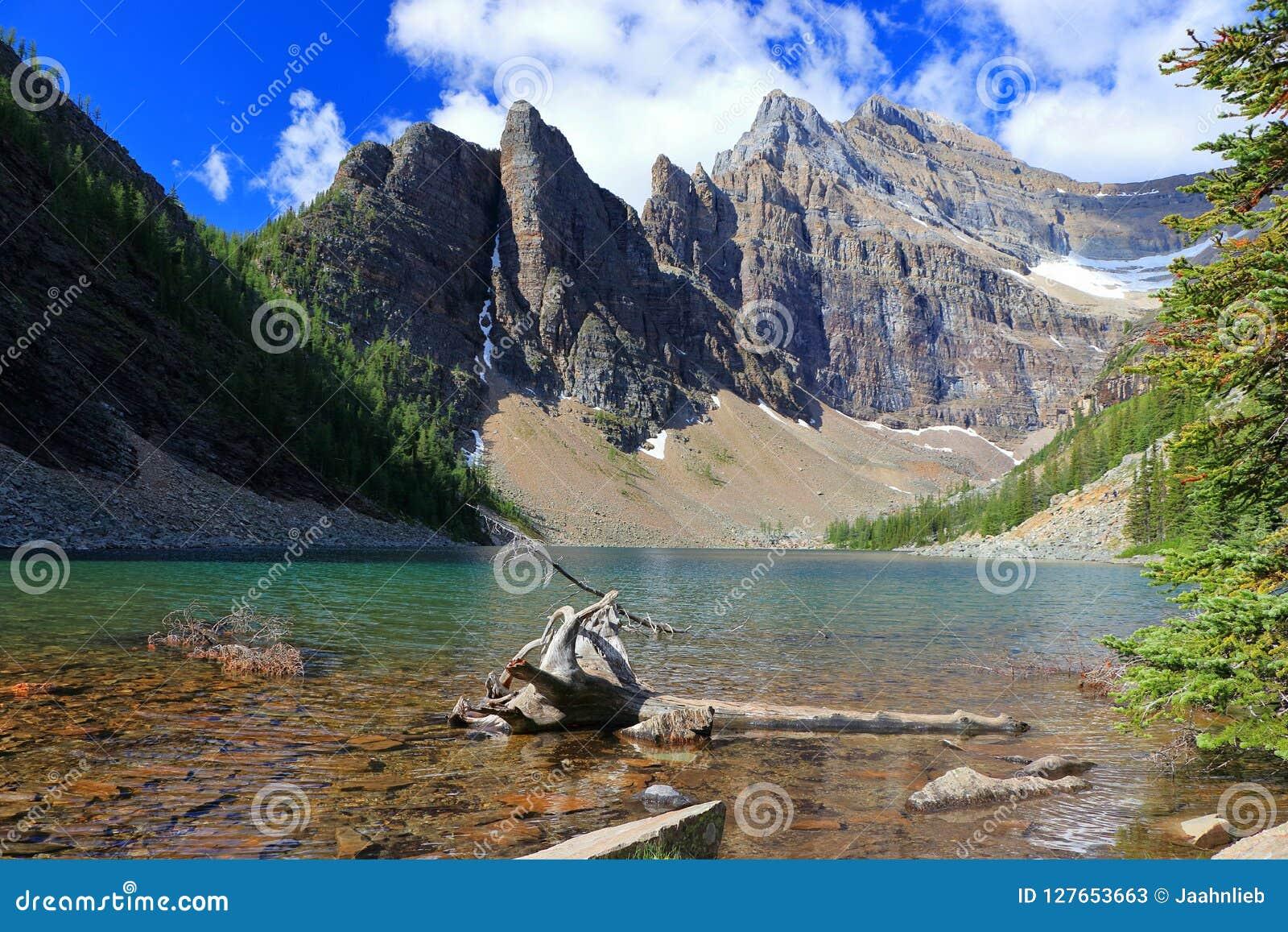 Jeziorny Agnes i diabła kciuk od Teahouse, Banff park narodowy, Alberta