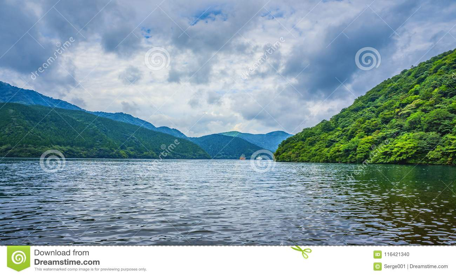 Jeziorny Ashi w Hakone parku narodowym, także znać jako Hakone jezioro lub Ashinoko jezioro, prefektura kanagawa, Japonia