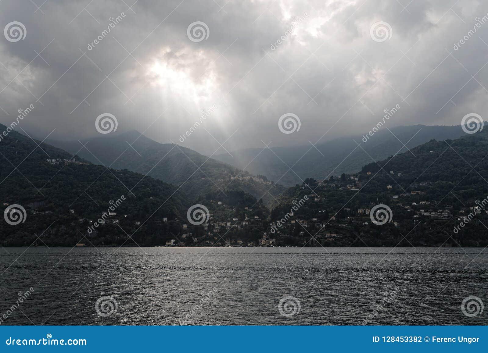 Jeziorny Como i chmurny światło słoneczne, Włochy