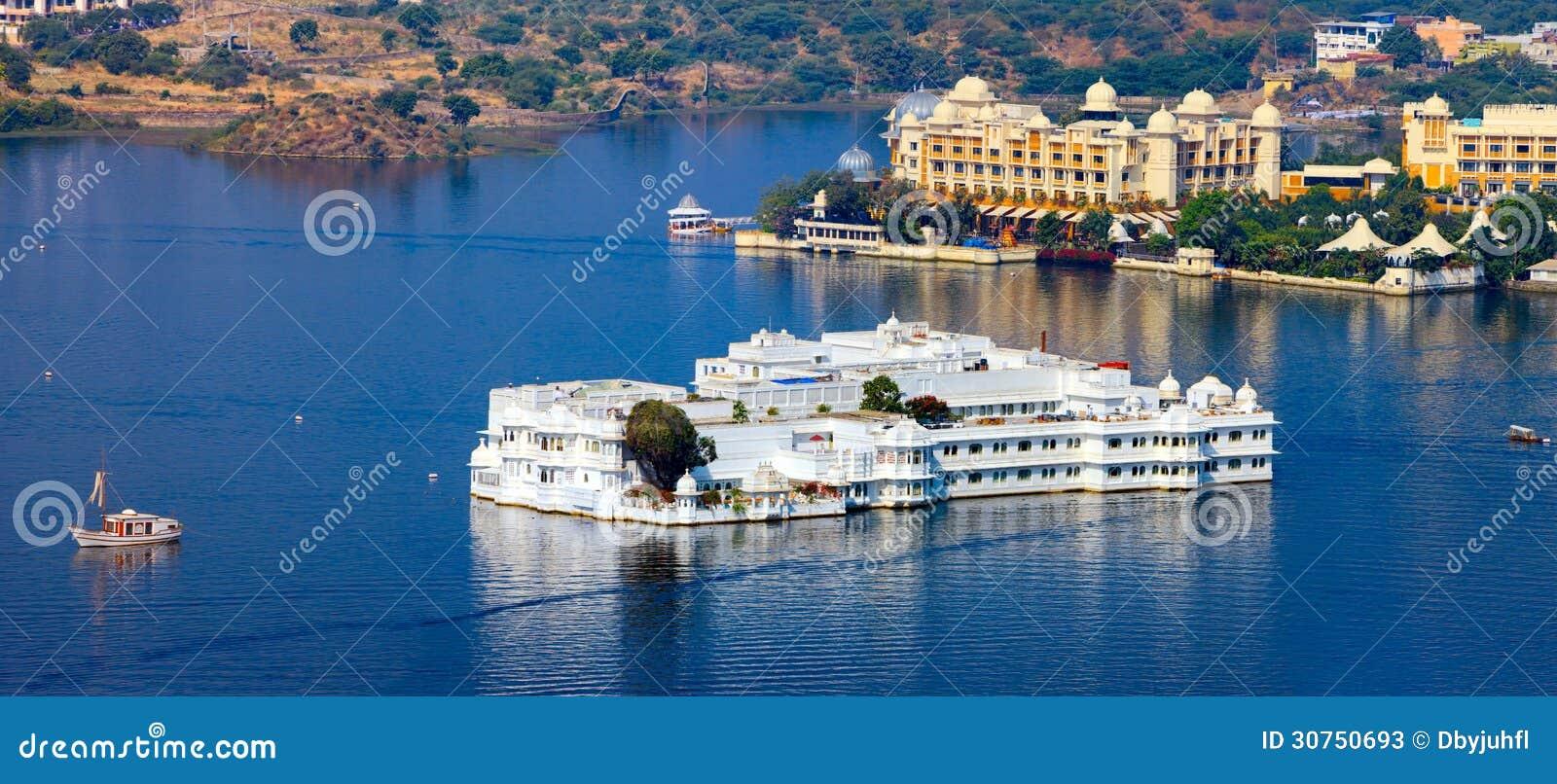 Jeziorny Pichola i Taj Jeziorny pałac w Udaipur. India.