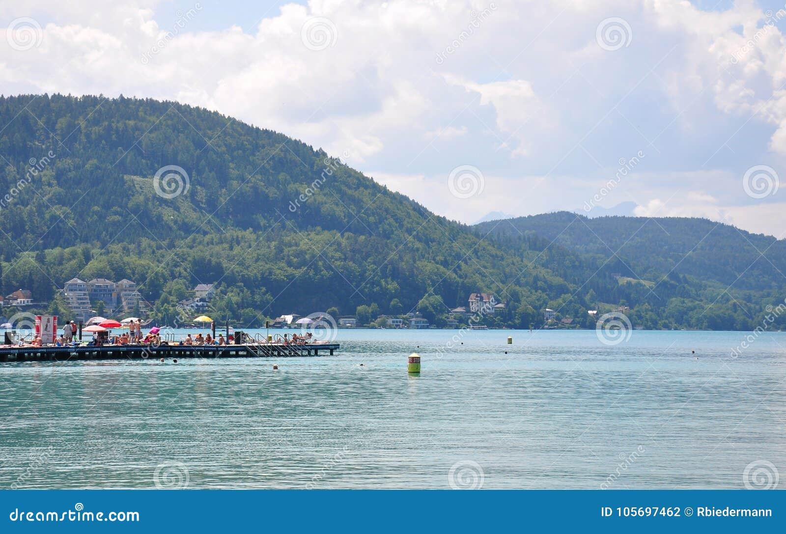 Jeziorny Woerthersee Austria, Czerwiec, - 3, 2017: Jeziorna scena z molem