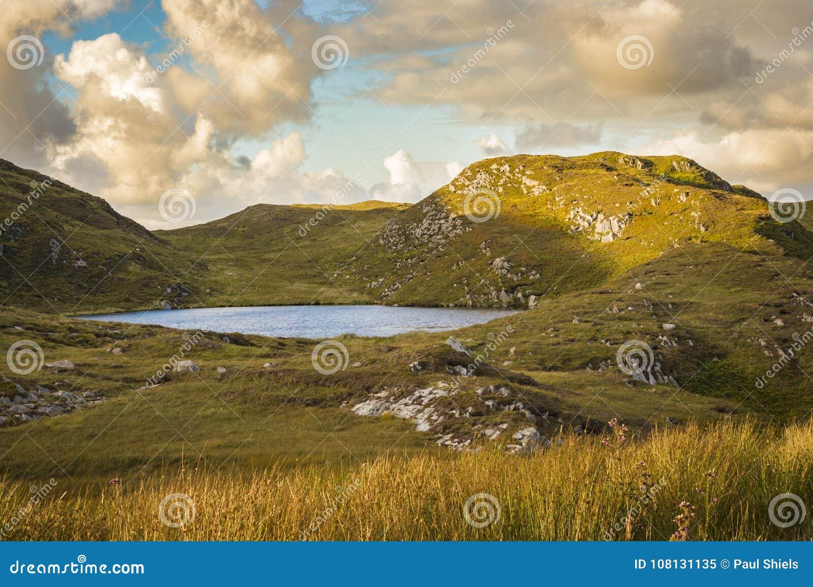 Jezioro blisko falez przy Slibh Liag, Co Donegal