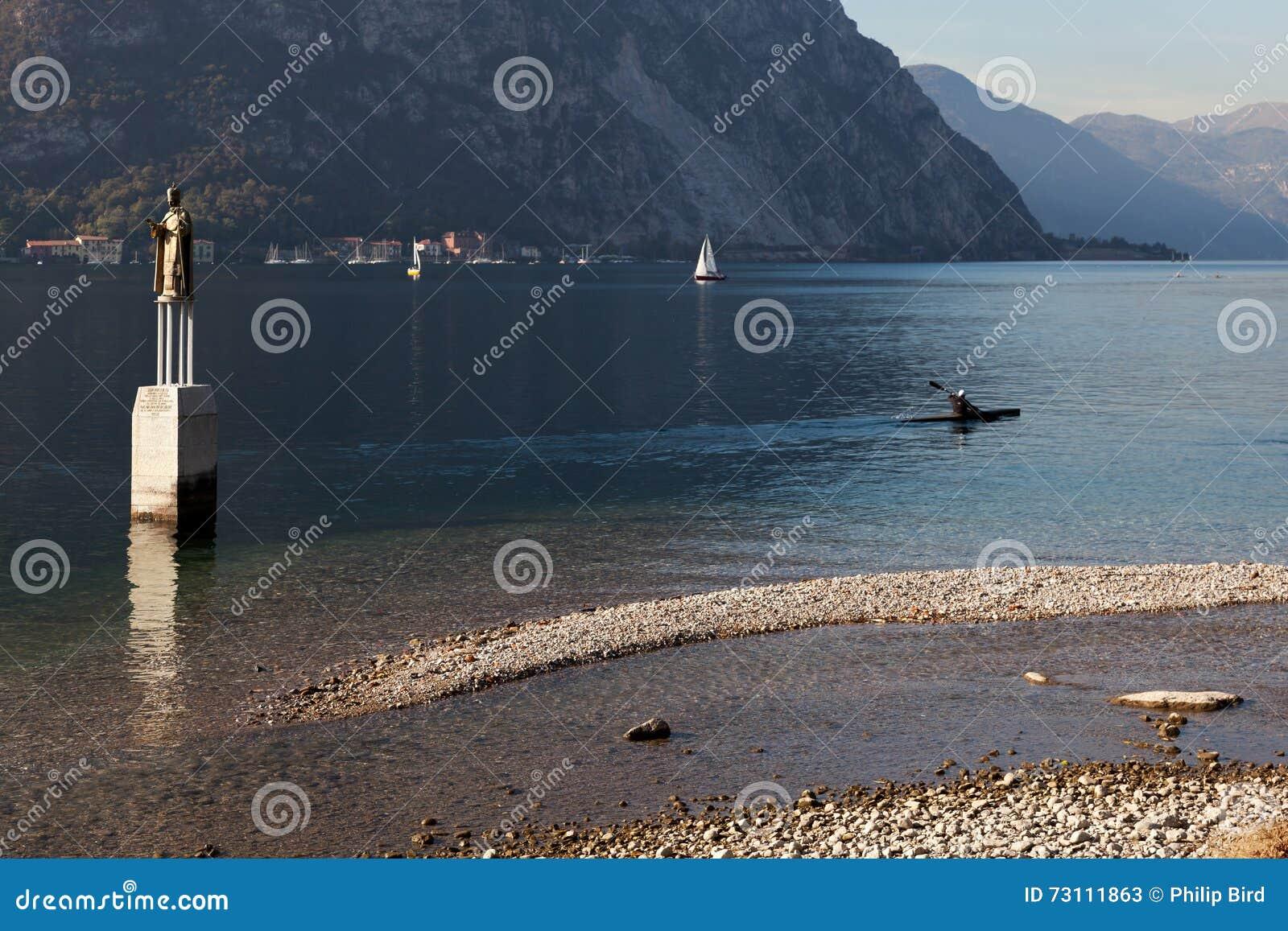 JEZIORO COMO, ITALY/EUROPE - PAŹDZIERNIK 29: Kayaking na Jeziornym Como Lec